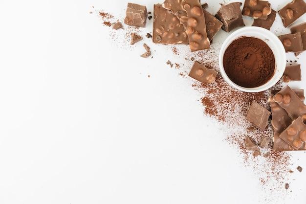 Taza llena de chocolate en polvo