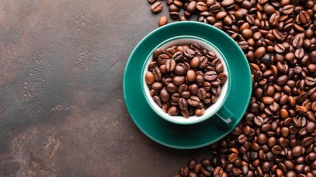 Taza llena de granos de café orgánicos.