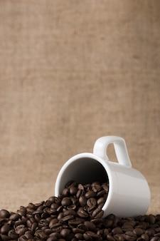 Taza llena de granos de café vista frontal