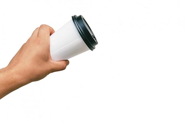 Taza para llevar aislada, para café, té en la mano de un chico con un gorro negro