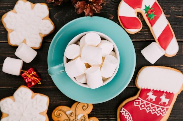 Taza de malvaviscos con galletas de jengibre