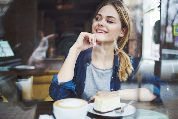 Taza de mujer alegre de pastel de café