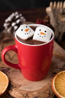 Taza navideña de chocolate caliente con malvaviscos