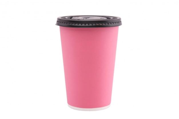 Taza de papel rosada aislada en el fondo blanco.