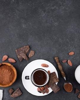 Taza plana de chocolate caliente con espacio de copia