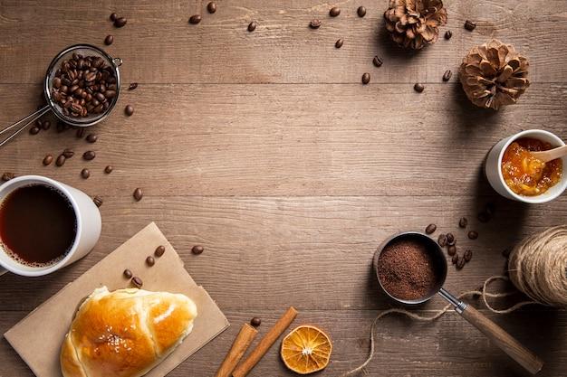 Taza plana de croissant de café e ingredientes con espacio de copia