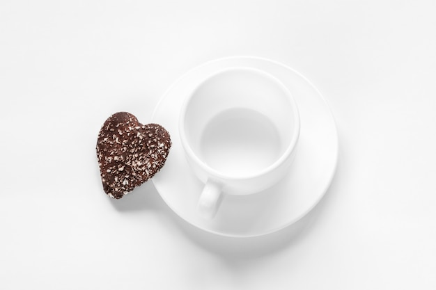 Taza y platillo y galletas de chocolate y coco