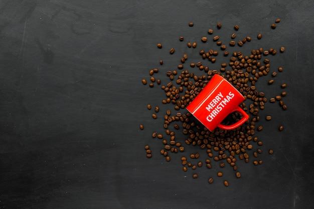 Taza roja de café y frijol