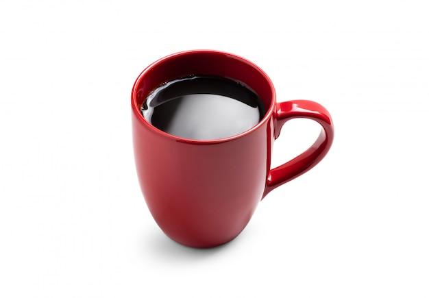 Taza roja con café negro sobre fondo blanco.