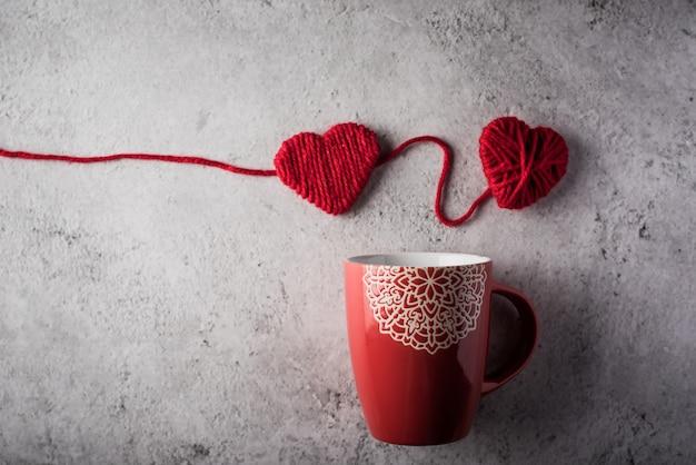 Taza roja con corazón, concepto de día de san valentín.