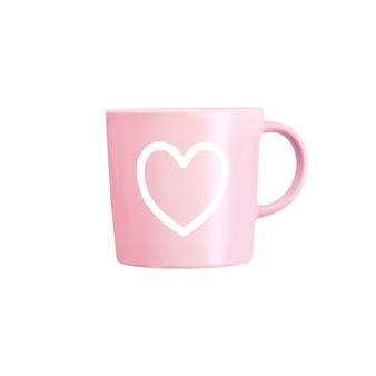Taza rosa con estampado de corazón aislado en superficie blanca