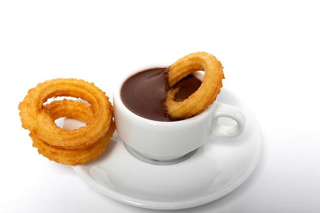 Taza de salsa de chocolate con churros