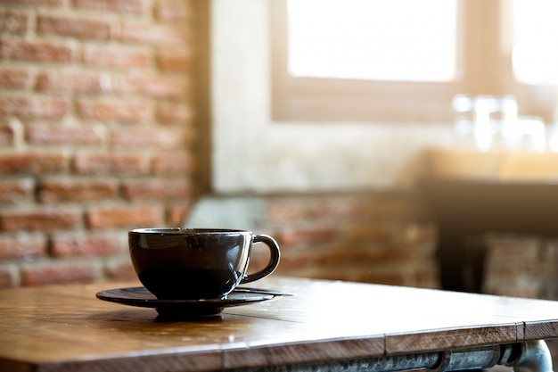 Una taza sobre la mesa en la cafetería.