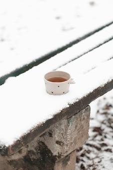 Taza de té al aire libre en la alta vista de invierno