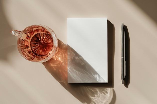 Taza de té por un bloc de notas