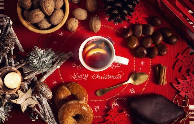 Taza de té caliente en la mesa de navidad.