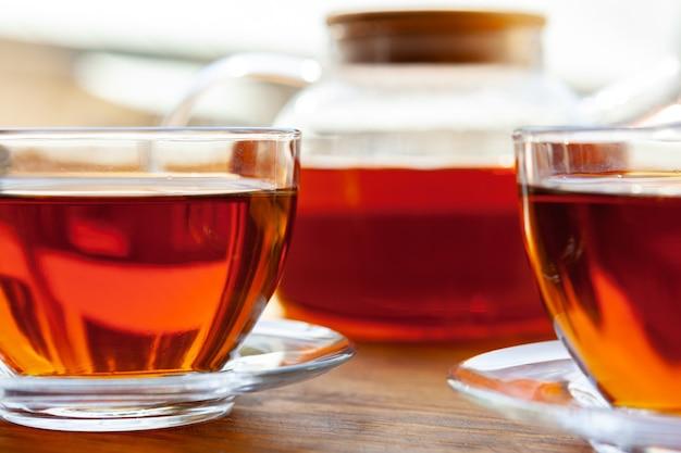 Taza de té caliente en la mesa rústica de madera de cerca