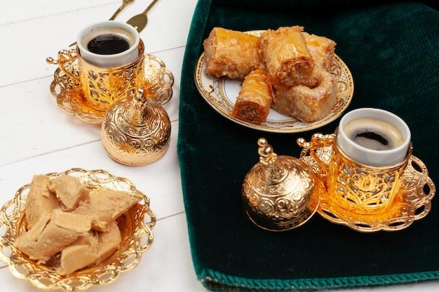 Taza de té caliente y un plato de postres turcos