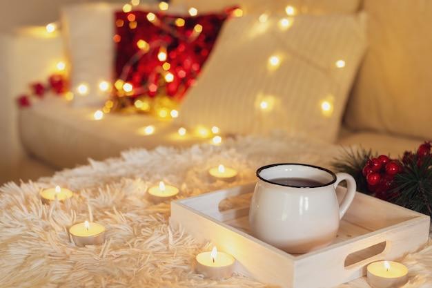 Taza de té caliente en una taza blanca