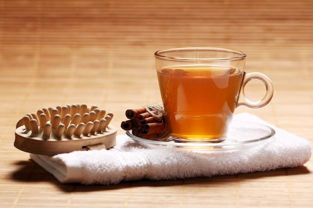 Taza de té caliente en la toalla