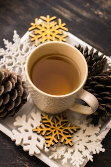 Taza de té y decoración como concepto navideño navideño