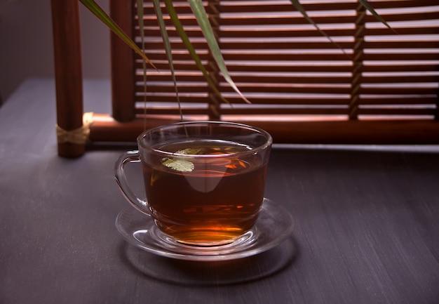 Taza de té en estilo oriental en una mesa de madera