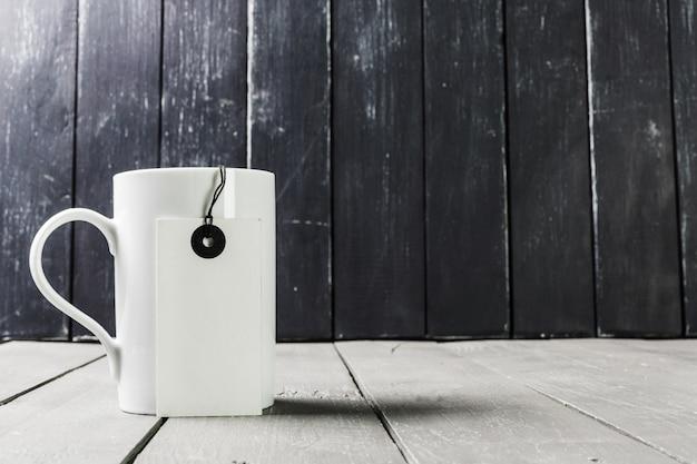 Taza de té con etiqueta en blanco