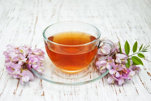 Taza de té con flores de acacia.