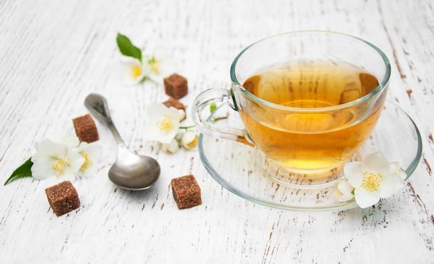 Taza de té con flores de jazmín.