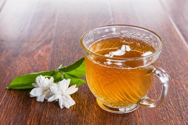 Una taza de té y flores sobre la mesa