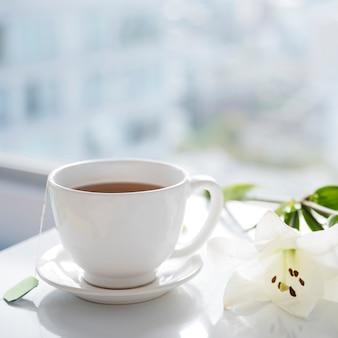 Taza de té con flores