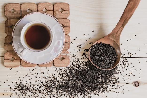 Taza de té fragante con gránulos de té negro. fitoterapia