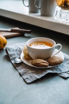Taza de té y galletas alta vista