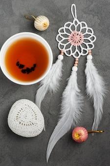 Taza de té y guijarros de ganchillo