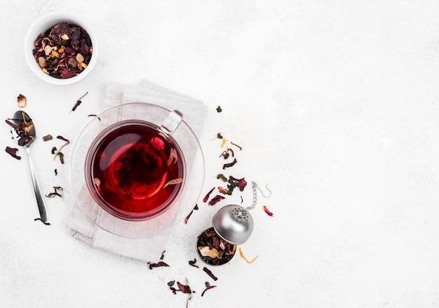Taza con té de hierbas en el escritorio