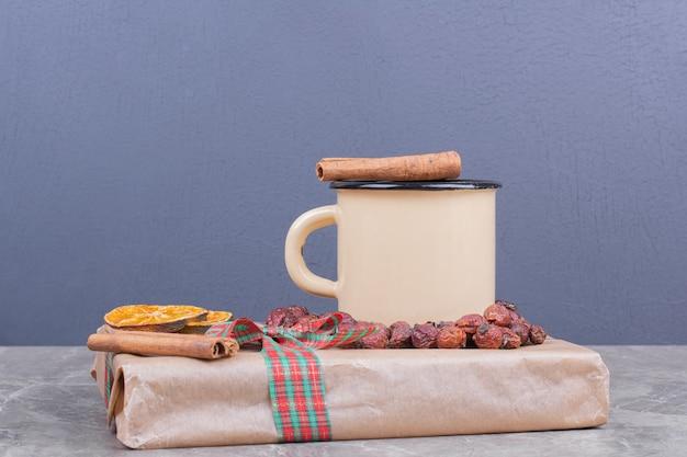 Una taza de té de hierbas con especias y frutas.