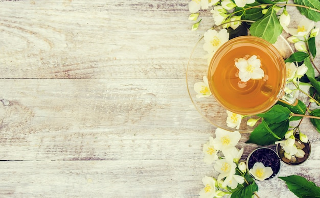 Taza de té de hierbas con flores de jazmín. enfoque selectivo