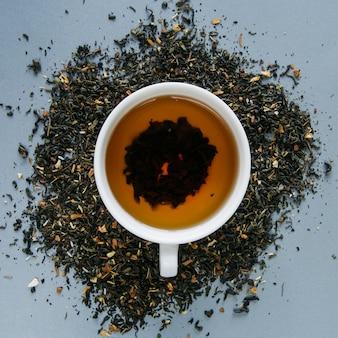 Taza de té de hierbas con hierba de té seca