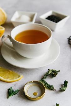 Taza de té de hierbas de limón y menta