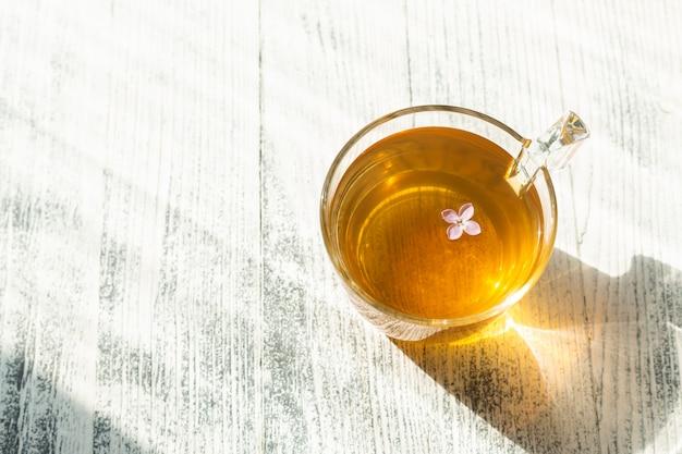 Taza de té de hierbas sobre fondo de madera