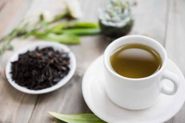 Taza de té con hojas secas