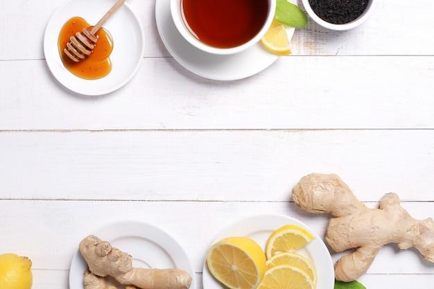 Taza de té con ingredientes