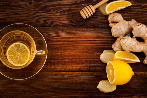 Taza de té de jengibre con limón, miel y raíz de jengibre