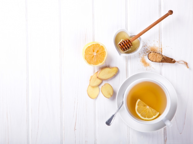 Taza de té de jengibre con limón y miel