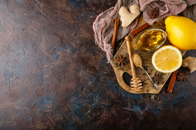 Taza de té de jengibre con miel y limón.