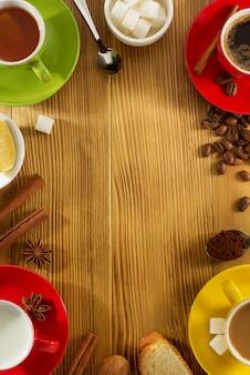 Taza de té, leche, café sobre madera.