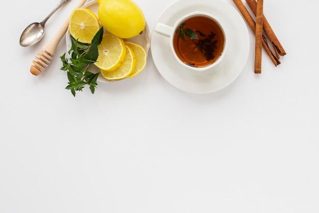 Taza de té con limón y canela.