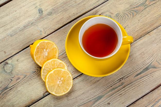 Taza de té con limón en la mesa