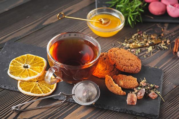 Taza de té con limón y miel.