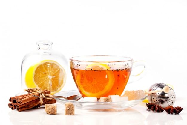 Taza de té con limón sobre blanco